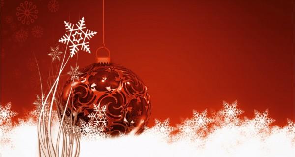 Weihnachtskugel auf rotem Hintergrund
