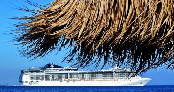 Kreuzfahrtschiff vom Strand gesehen