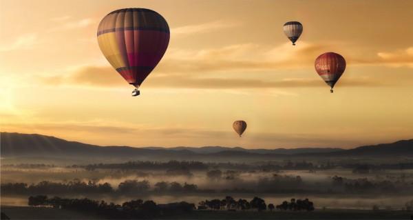 Heißluftballon über Nebel