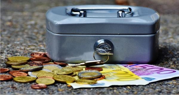 Geldkassette mit Münzen und Scheine