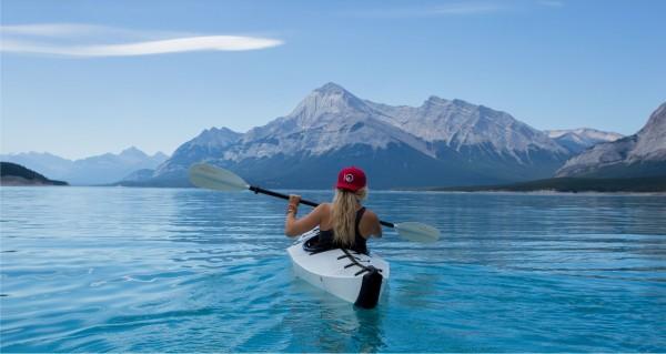 Kajakfahrerin auf einem See