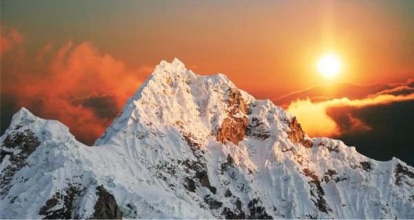 Schneebedeckte Berge Dämmerung