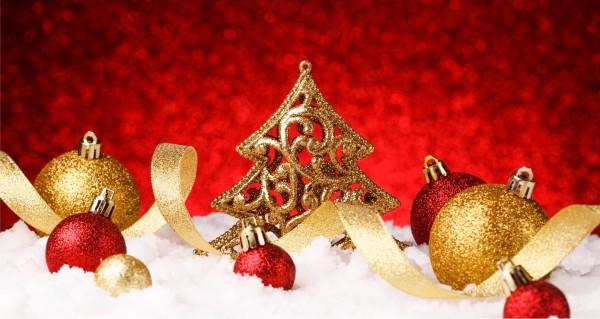 goldene und rote Weihnachtskugeln