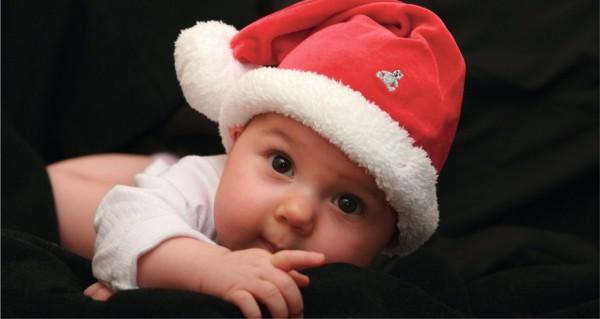 Ein Weihnachtsbaby mit Mütze