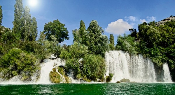 Wasserfall mit Bäume