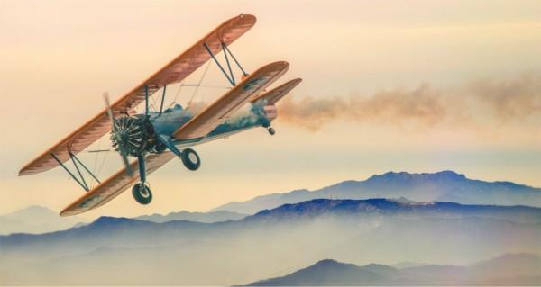Retro Flugzeug über Berge