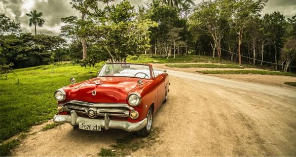 Cabrio Oldtimer auf Feldweg