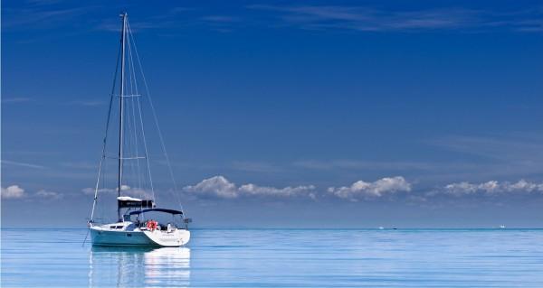 Segelboot in der Dämmerung