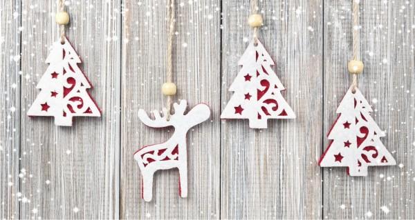 hängendes Renntier und Weihnachtsbäume