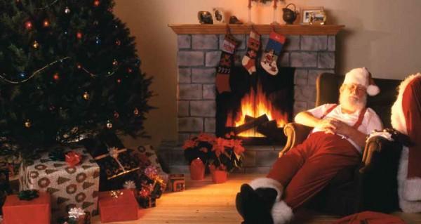 schlafender Weihnachtsmann am Kamin