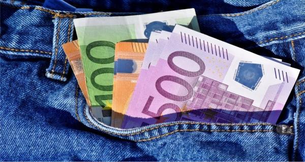 Geldscheine in der Jeans