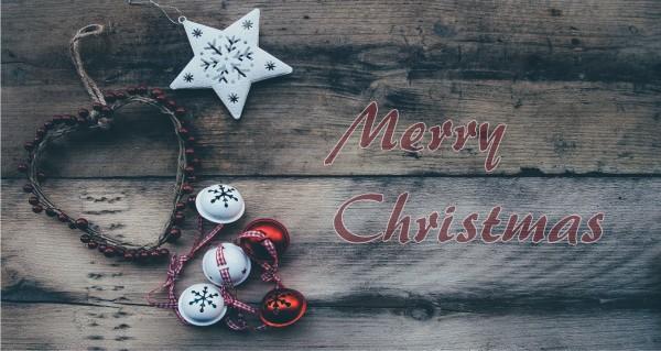 Merry Christmas auf Holzbalken