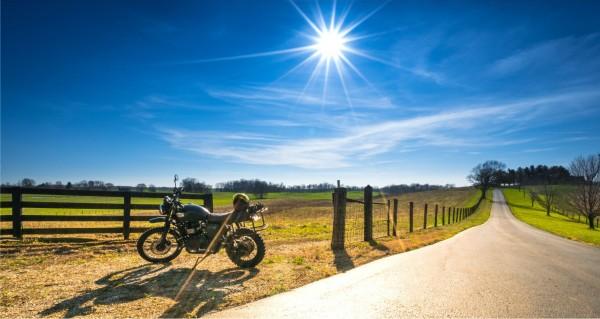 Motorradfahrer macht Pause