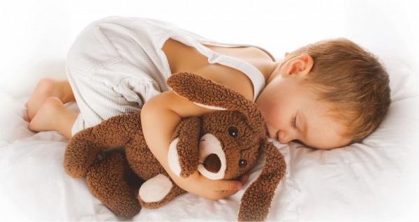 Baby mit Teddy im Arm