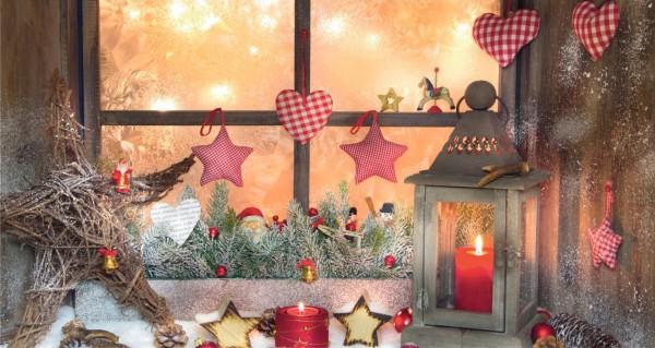 ein geschmücktes Festtagsfenster