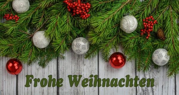 Tannzweige und Weihnachtskugeln