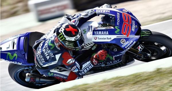 Rennfahrer auf Yamaha Motorrad