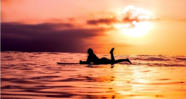 Surferin im Sonnenuntergang