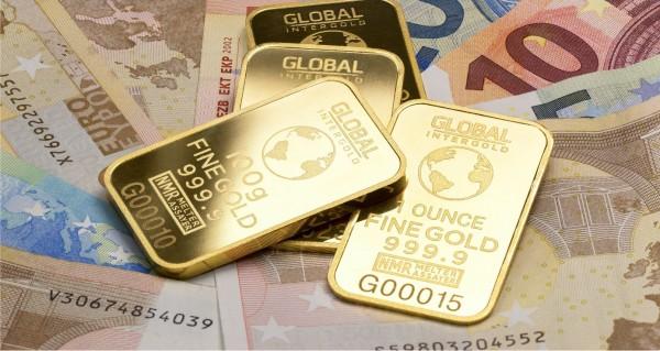 Goldmünzen und Geldscheine