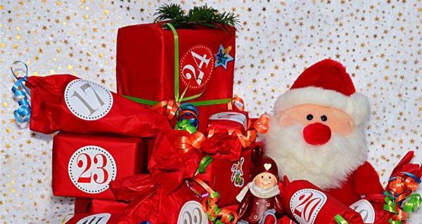 Weichnachtsmannpuppe mit Geschenken