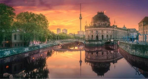 Berliner Funkturm im Sonnenuntergang