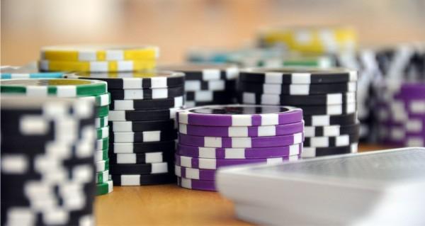 Pokerchips und Kartenspiel