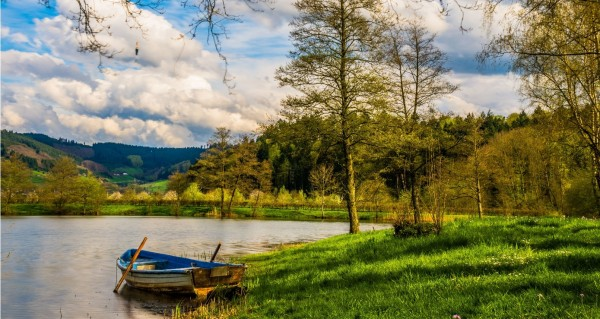 Ruderboot auf Bergsee