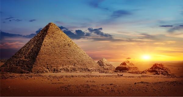 Pyramide im Sonnenuntergang
